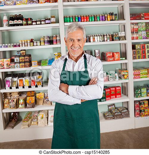 El dueño de la tienda sonriendo en el supermercado - csp15140285