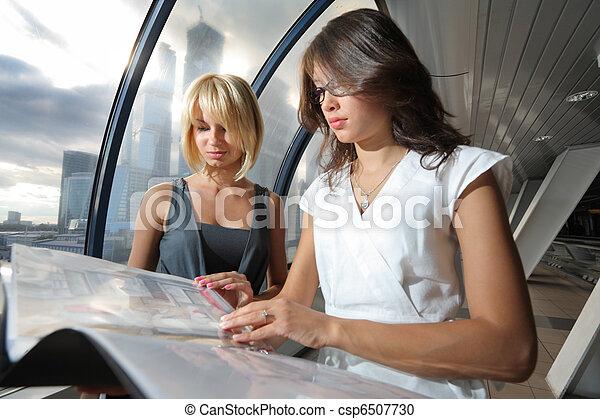 due, dall'aspetto, carte, interno, donne affari, futuristico - csp6507730