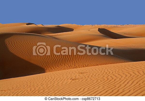 Oman, dunas de arena en un desierto - csp8672713