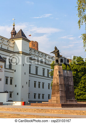 Monumento a las gediminas, gran duque de Lituania, en Vilnius - csp23103167