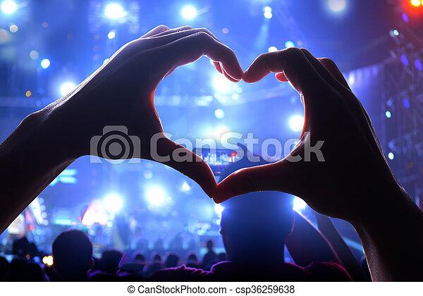 Mucha gente durante un concierto - csp36259638