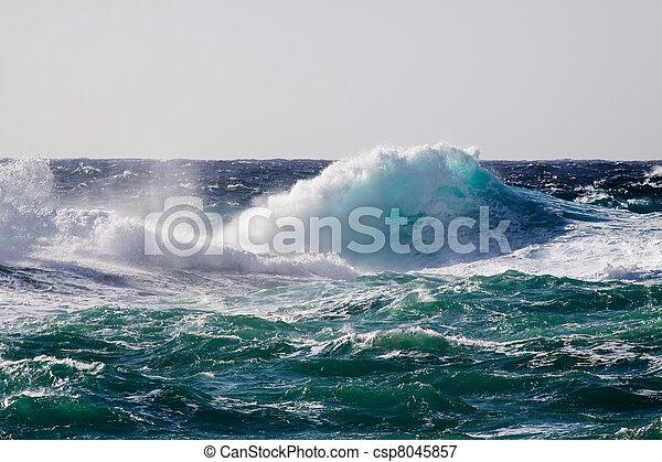 Onda marina durante la tormenta - csp8045857