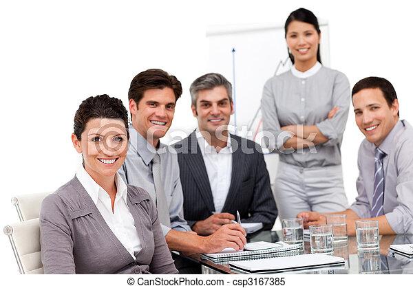 Retrato del equipo de negocios multicultural durante una presentación - csp3167385