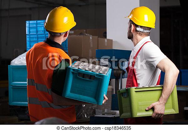 Trabajadores de fábricas durante el trabajo - csp18346535