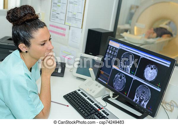 durchmachen, doktor, schauen, patient, überfliegen, weibliche , ct - csp74249483