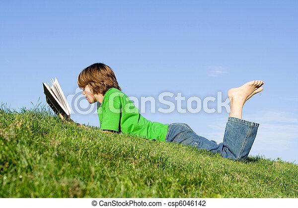 dziecko czytanie książka, outdoors - csp6046142