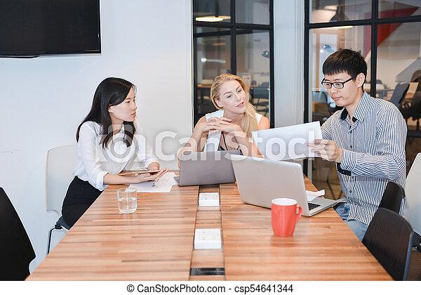 dzielenie, grupa, handlowy zaludniają, pokój, pojęcia, ich, spotkanie - csp54641344