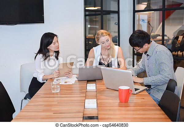 dzielenie, grupa, handlowy zaludniają, pokój, pojęcia, ich, spotkanie - csp54640830