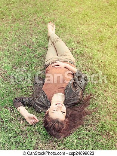 Dziewczyna, trawa, leżący. Dziewczyna, trawa, słoneczny, leżący.