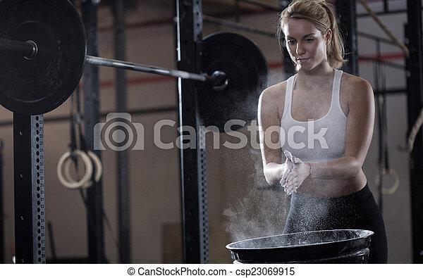 dziewczyna, weightlifting, przygotowując - csp23069915
