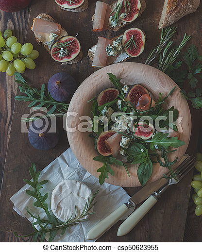 Easy diet salad with arugula, figs and blue cheese - csp50623955