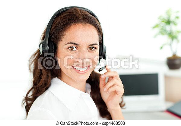 ecouteur portant, femme regarde, appareil photo, sourire - csp4483503