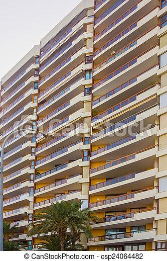 Antecedentes Con Edificio Moderno Con Balcones Y Ter