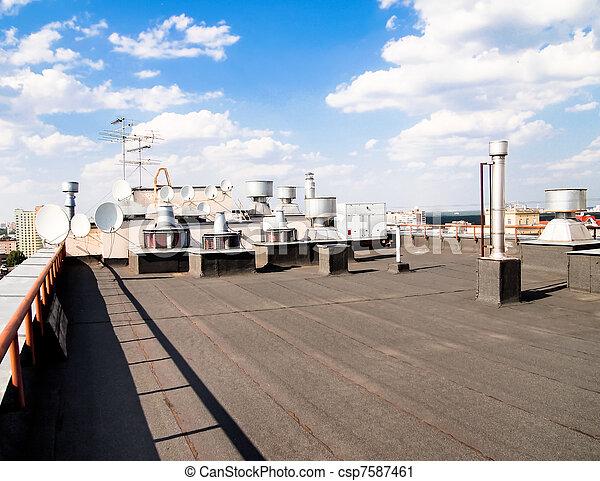 El techo de un edificio de apartamentos - csp7587461