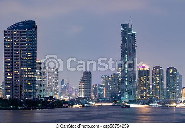 Un rascacielos en Bangkok. - csp58754259
