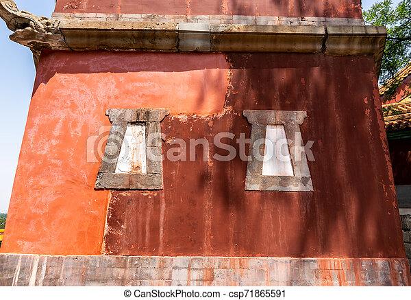 Vista de un antiguo edificio tradicional en cuatro grandes regiones templo, templo al estilo tibetano, que es el más grande en el palacio de verano de Beijing. En el palacio de verano en Beijing, China. - csp71865591
