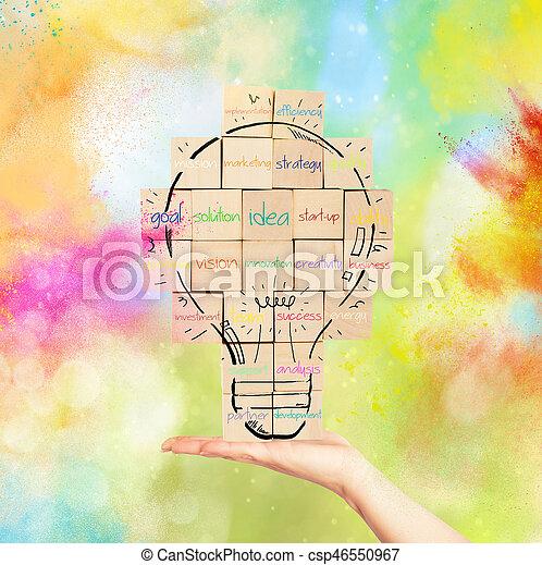 Construyendo una nueva idea creativa. La pared de ladrillos con bombilla dibujada - csp46550967