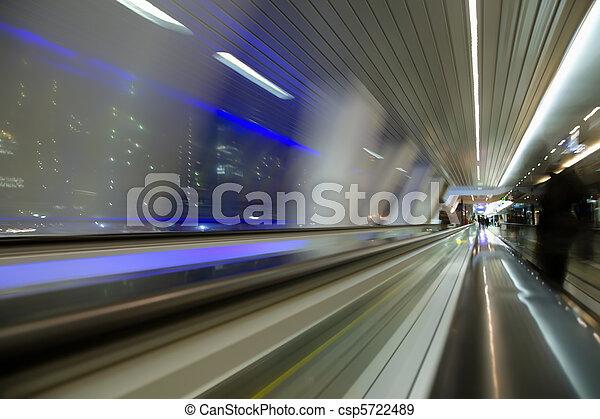 Vista abstracta borrosa desde la ventana en un largo corredor en el edificio moderno en la ciudad nocturna - csp5722489