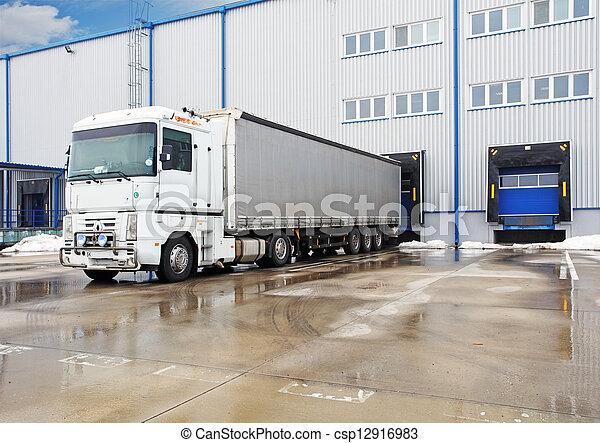 Descargando grandes camiones contenedores en el almacén - csp12916983