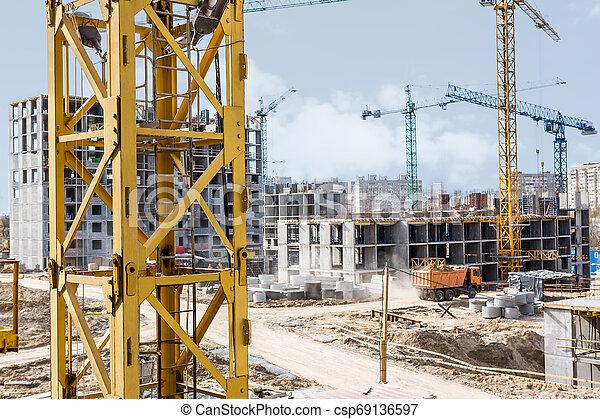 Crane junto a un edificio en construcción - csp69136597