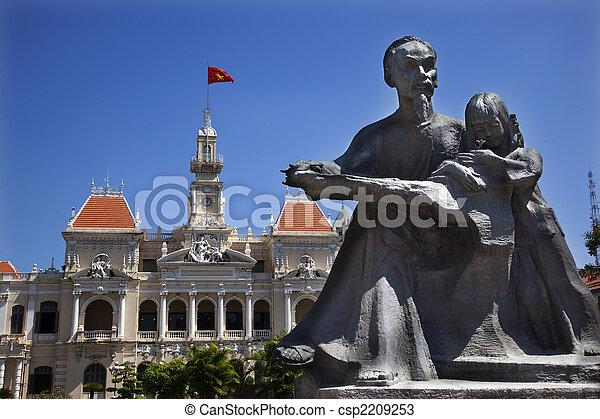 La estatua de Ho chi minh, el comité de la gente construyendo saigon vietnam - csp2209253
