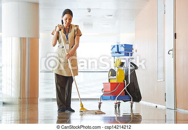 Una mujer limpiando el edificio - csp14214212