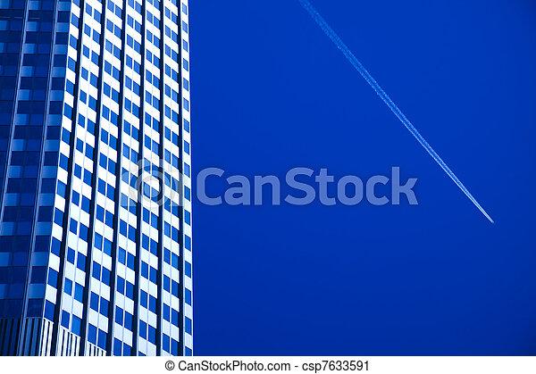 Edificio de negocios moderno - csp7633591