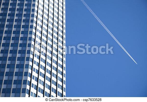 Edificio de negocios moderno - csp7633528