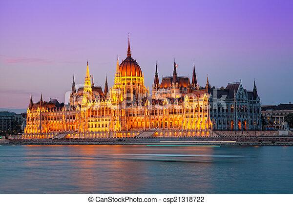 Edificio del Parlamento húngaro con iluminación nocturna. Budapest. Hungría - csp21318722
