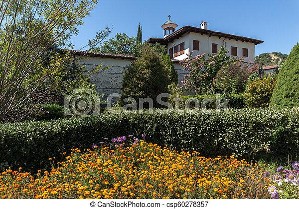 Edificios en el monasterio medieval rozhen de la Natividad de la madre de Dios, Bulgaria - csp60278357