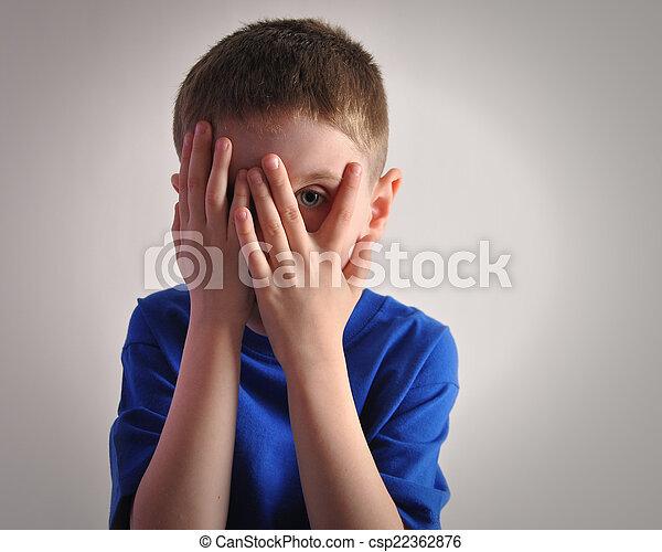 effrayé, petit enfant, yeux, couverture - csp22362876