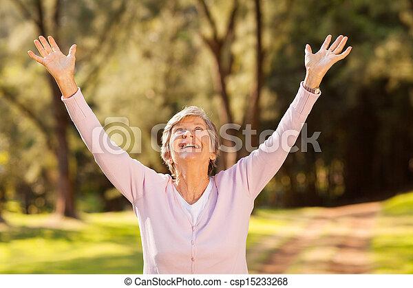 egészséges woman, outstretched fegyver, öregedő - csp15233268