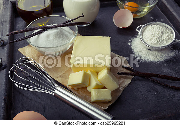 eier, backzutaten, mehl, vanille, zucker, butter, creme - csp25965221
