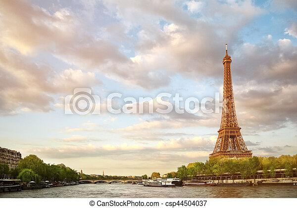 La Torre Eiffel y el río Sena al atardecer en París - csp44504037