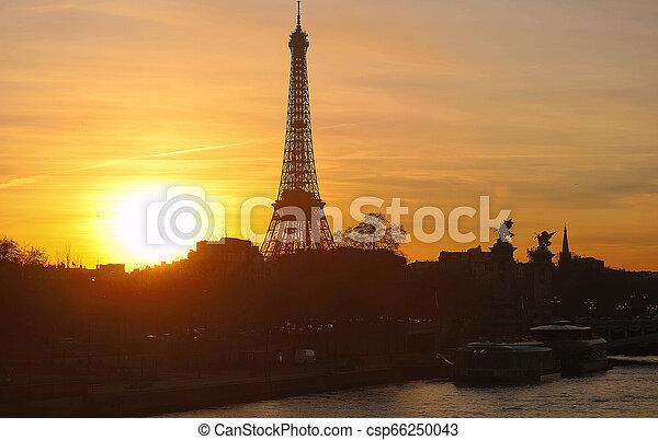 Vista de la Torre Eiffel al atardecer, Paris. - csp66250043