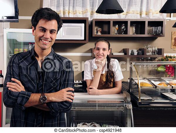 Besitzer eines Cafés und Kellnerin - csp4921948