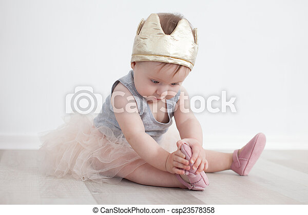 Niño de octavo mes disfrazado de princesa - csp23578358