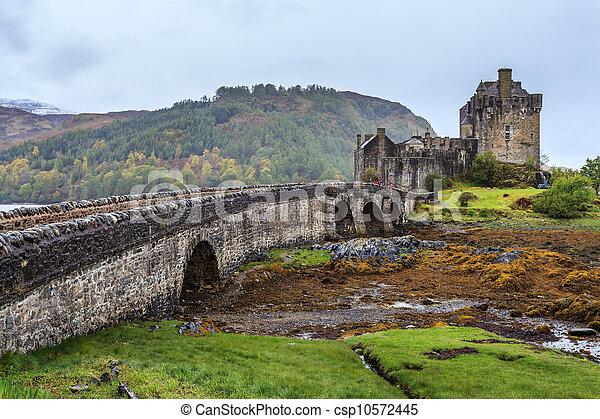 Eilan Donan castle in Scotland - csp10572445