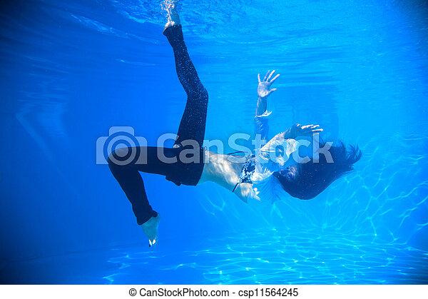 Jeans schwimmen mit Mit Kleidung