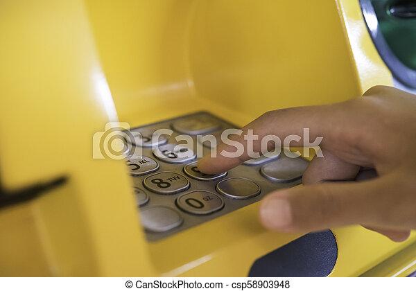 einfügenden geld, geldautomat, hand, maschine, kreditkarte, zurücknehmen, gebrauchend, bank, mann - csp58903948