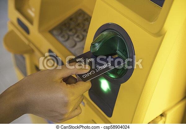 einfügenden geld, geldautomat, hand, maschine, kreditkarte, zurücknehmen, gebrauchend, bank, mann - csp58904024