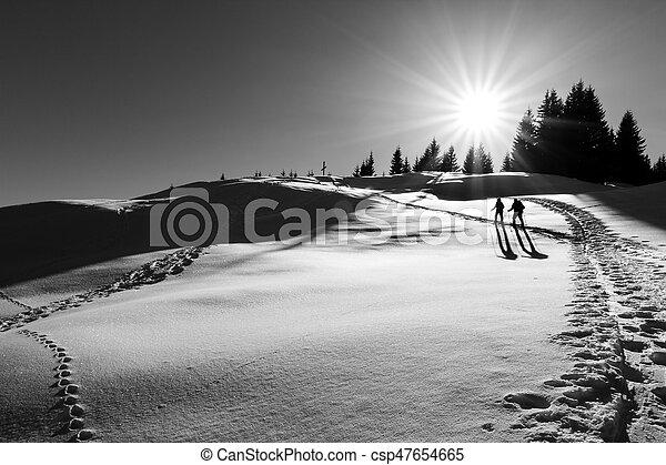 el caminar hacia, excursionistas, cruz, dos, cumbre, esquí - csp47654665