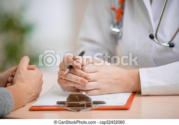 Consulta al paciente en la oficina - csp32432060