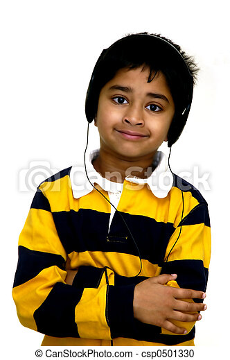 El chico disfruta de la música - csp0501330