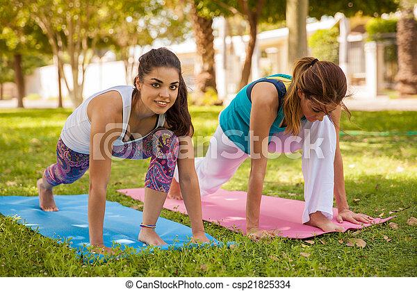 Disfrutando del yoga al aire libre - csp21825334