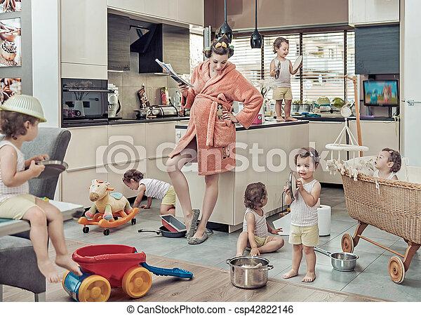 Imágenes conceptuales de mamá cansada con su hijo portándose mal - csp42822146