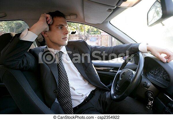 Hombre de negocios joven dentro de su coche - csp2354922