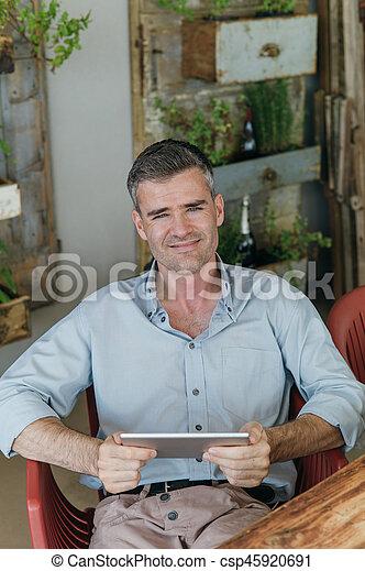 Un hombre conectado con su tableta - csp45920691
