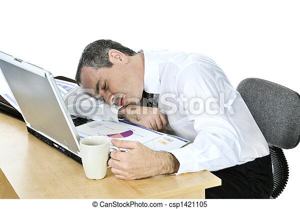 Hombre de negocios dormido en su escritorio sobre fondo blanco - csp1421105