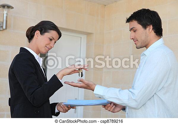Nuevo propietario recibiendo las llaves de su propiedad - csp8789216
